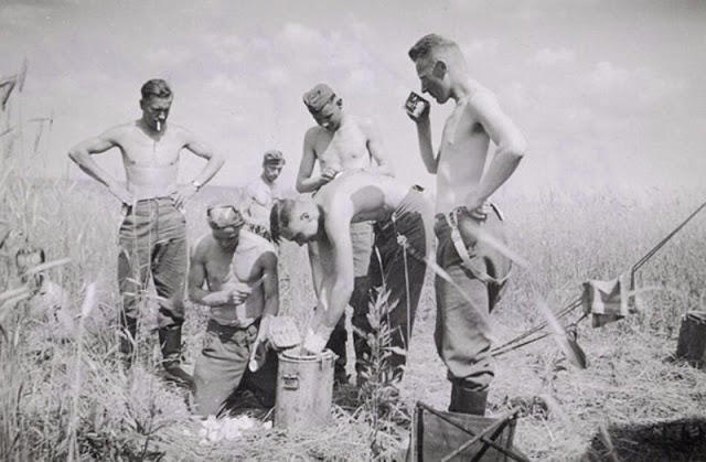 world-war-ii-soldiers-showering-2