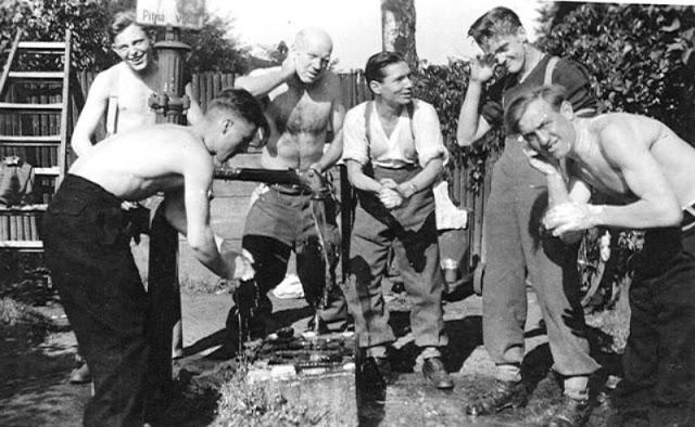 world-war-ii-soldiers-showering-20