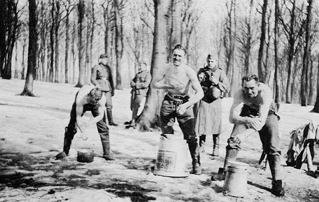 world-war-ii-soldiers-showering-22