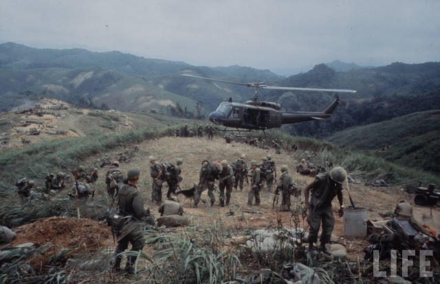 Larry-Burrows-Vietnam-war-photos-23