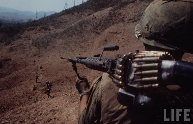 Larry-Burrows-Vietnam-war-photos-30