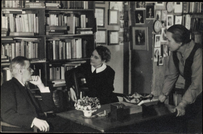 James-Joyce-photographed-with-Sylvia-Beach-and-Adrienne-Monnier-at-Shakespeare-Co.-Paris.-1920-1024x674