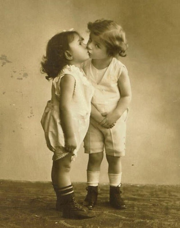 Vintage-First-Kiss-4