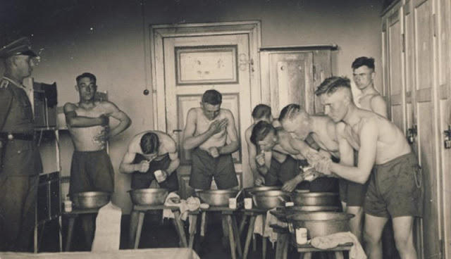 world-war-ii-soldiers-showering-10