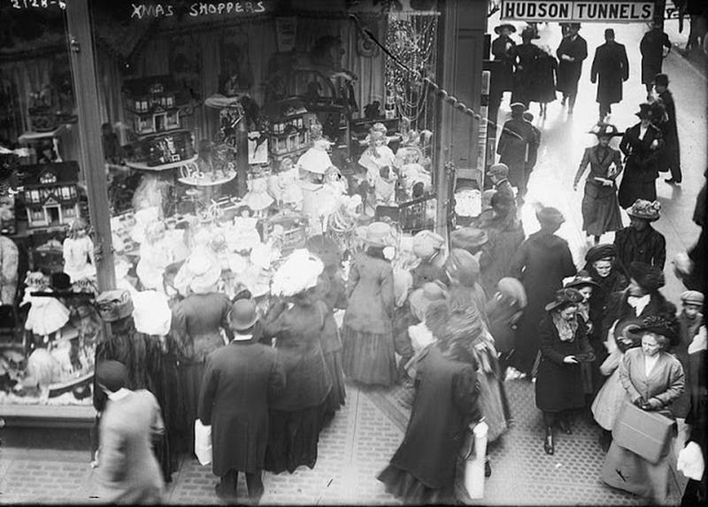 window-shopping-in-1900s-1