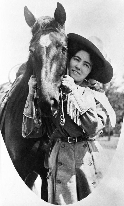 Cowgirls in the early 20th century (6)