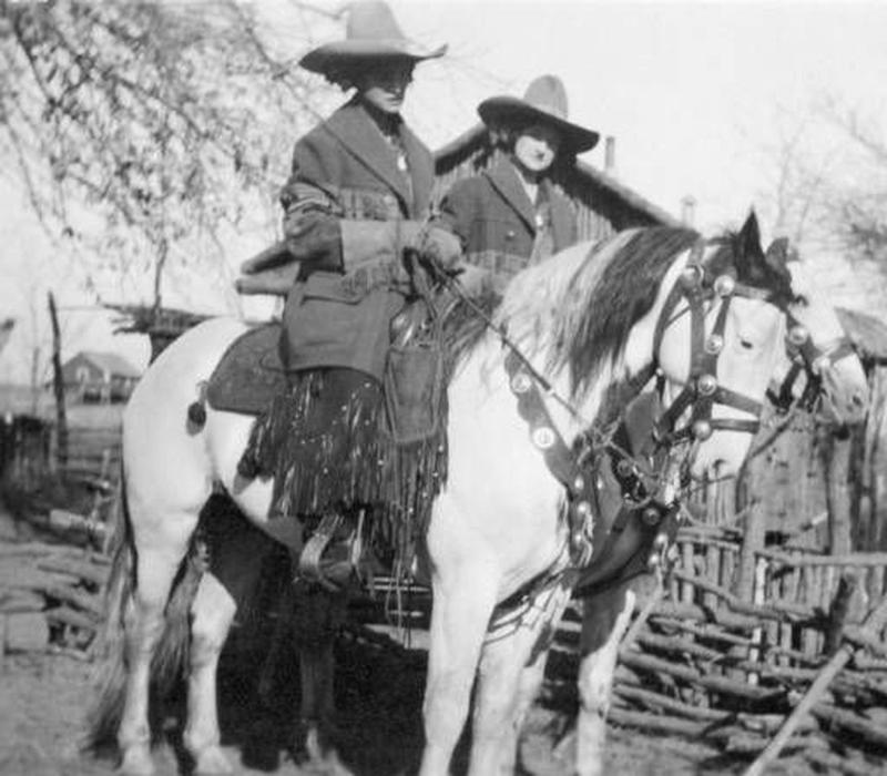 Cowgirls in the early 20th century (14)